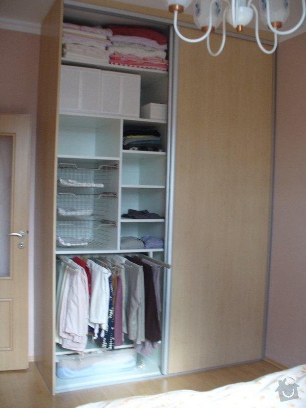 Vestavěná skříň, šikmá vestavěná skříň, škříň, PC stůl, noční stolky a ostatní nábytek: P1230255