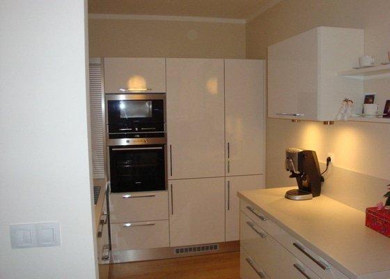 Kuchyňská linka a nové dveře a zárubně