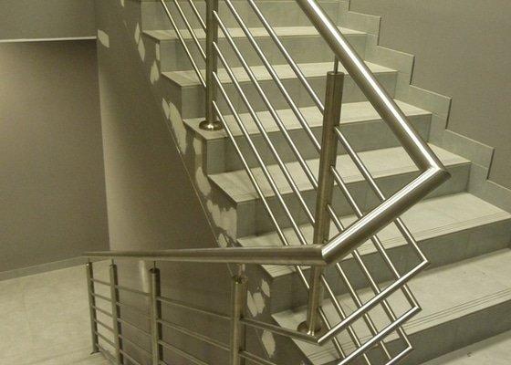Nerezové zábradlí a madla na schodišti SERVIND Tuchoměřice