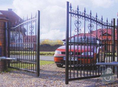 Vjezdová kovaná dvoukřídlá brána s el. pohonem: Vzor2