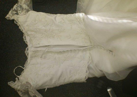 Úpravu svatebních šatů