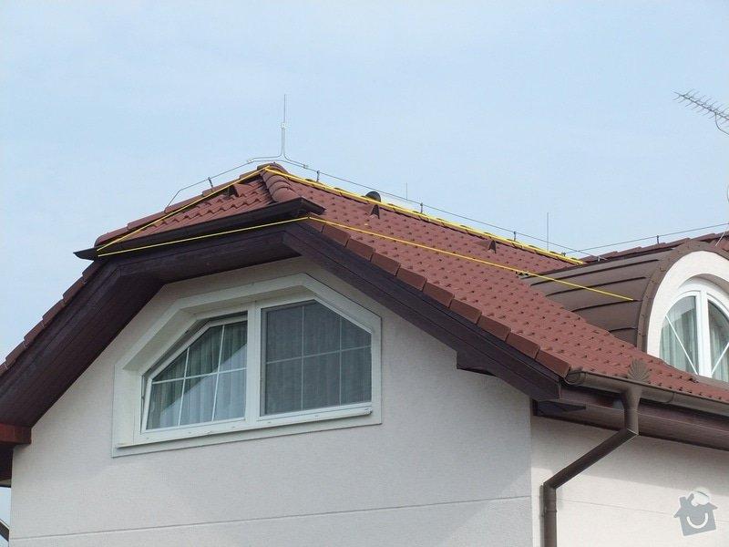 Vyplnění špičky střechy nad částí rodinného domu foukanou izolací.: Strecha4