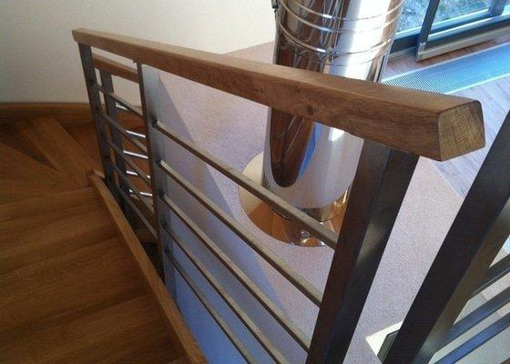 Nerezové zábradlí schodiště s podestou