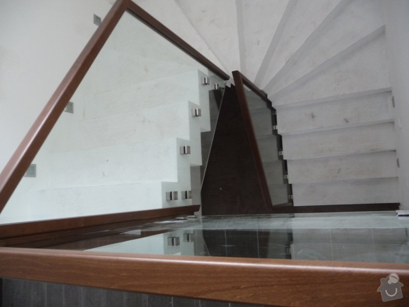 Skleněné zábradlí na schodiště s dřevěným madlem: P1050971