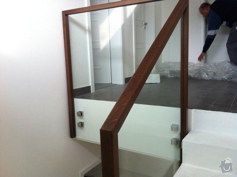 Skleněné zábradlí na schodiště s dřevěným madlem: IMG_3301