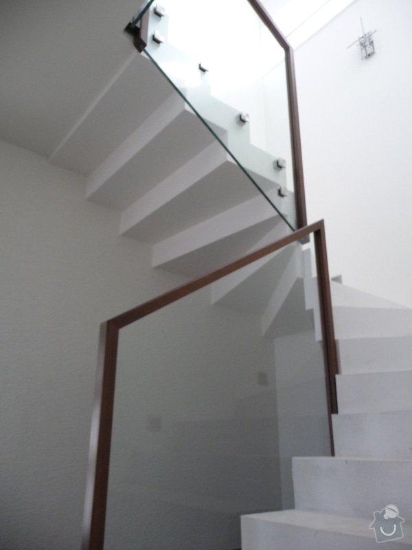 Skleněné zábradlí na schodiště s dřevěným madlem: P1050963