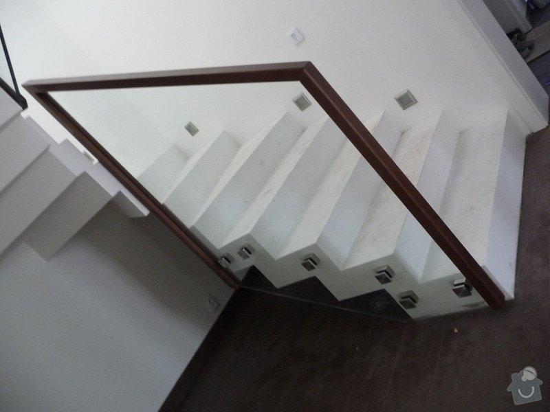 Skleněné zábradlí na schodiště s dřevěným madlem: P1050964