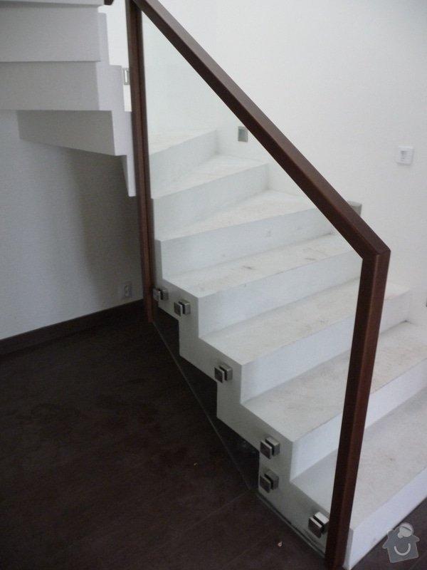 Skleněné zábradlí na schodiště s dřevěným madlem: P1050967