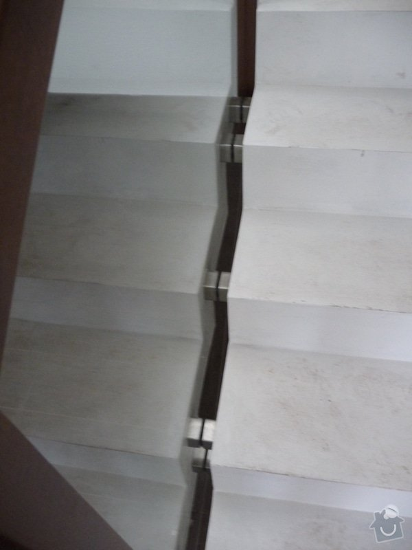 Skleněné zábradlí na schodiště s dřevěným madlem: P1050968