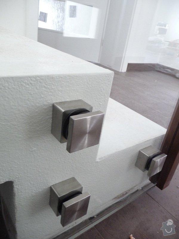 Skleněné zábradlí na schodiště s dřevěným madlem: P1050969