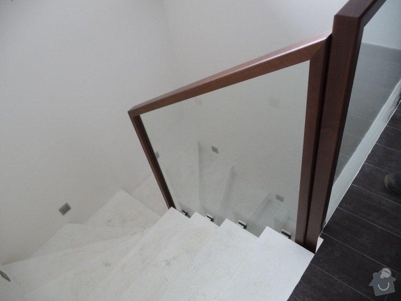 Skleněné zábradlí na schodiště s dřevěným madlem: P1050970