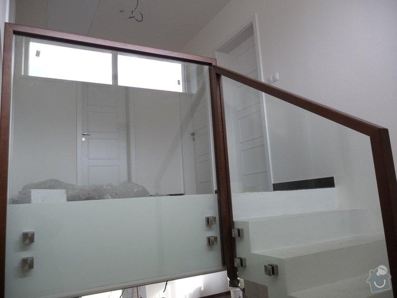 Skleněné zábradlí na schodiště s dřevěným madlem: P1050972