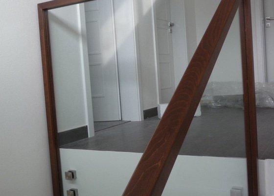 Skleněné zábradlí na schodiště s dřevěným madlem