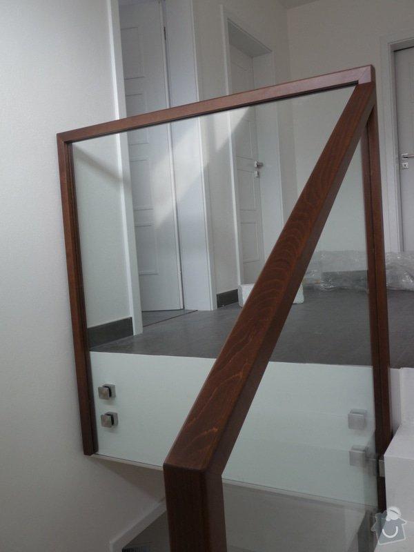 Skleněné zábradlí na schodiště s dřevěným madlem: P1050977