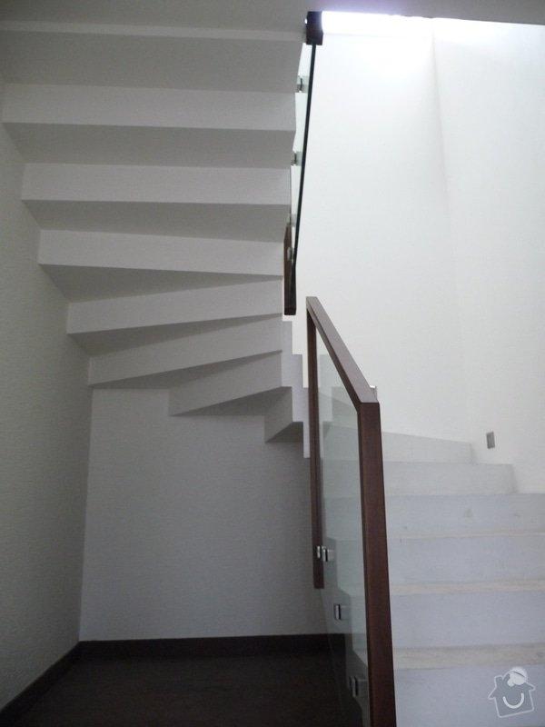Skleněné zábradlí na schodiště s dřevěným madlem: P1050974