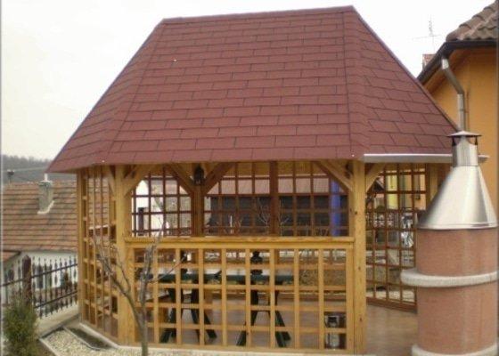 Zastřešená zahradní pergola ze dřeva