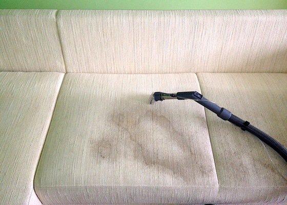 Čištění sedací soupravy a čištění polštářů včetně čištění koberce.