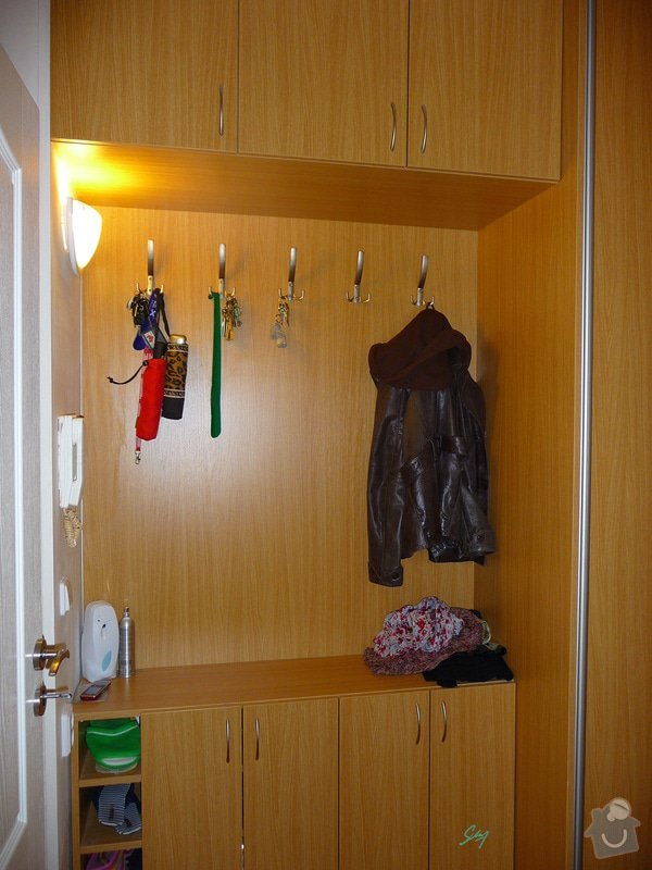 Vestavěná skříň s atypickými prvky: vestavene_skrine_alu_sampan_dub_prirodni_4