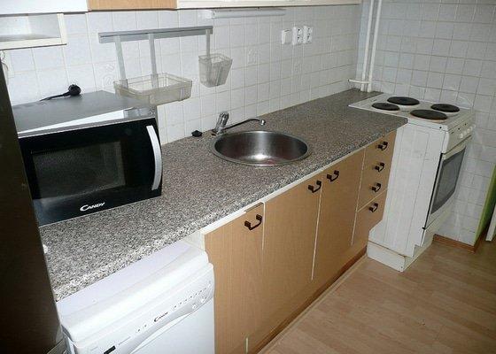 Dodávka a montáž kuchyňské pracovní desky a baterie, oprava protékajícího WC