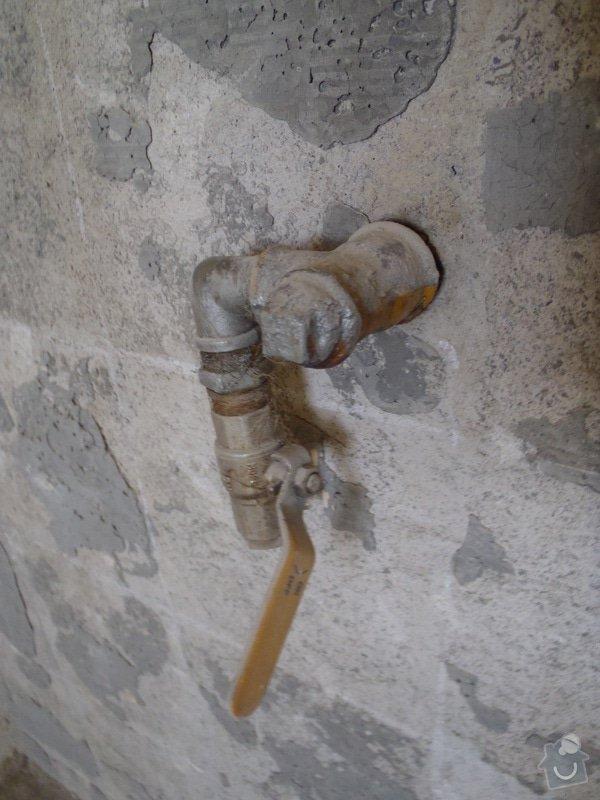 Výměna starého plynového potrubí v šachtě: P5190233