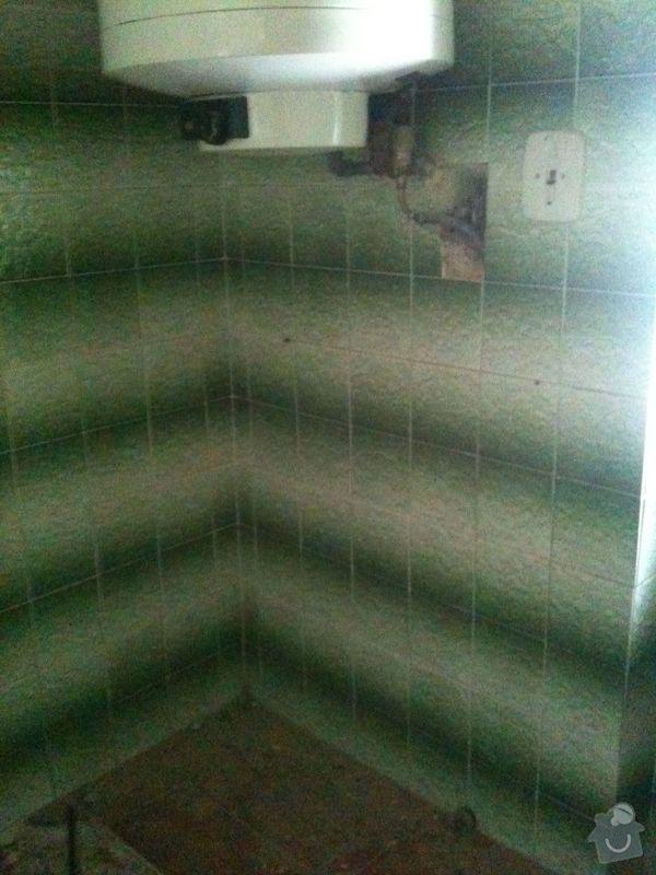 Odsekání staré dlažby a stropu v podkroví: koupelna