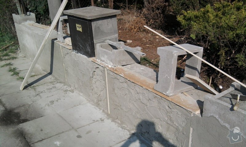Zateplení fasády ,pokládka zámkové dlažby , rekonstrukce plotu a vjezdové brány.       : Fotografie0696