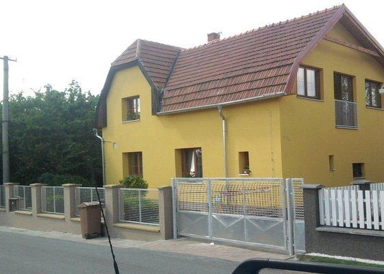 Zateplení fasády ,pokládka zámkové dlažby , rekonstrukce plotu a vjezdové brány.