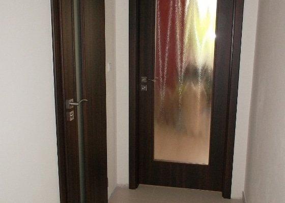 Dodávka amontáž vnitřních dveří vč.obložkových zárubní a dodávka a pokládka plovoucí podlahy-Zdice