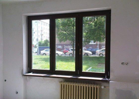 Tři plastová okna