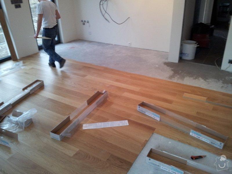 """Pokládka dubové plovoucí podlahy vzor prkna s """"V"""" spárou.: 20120104_140516"""