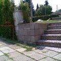 Nizka operna zidka kolem pozemku face block image001