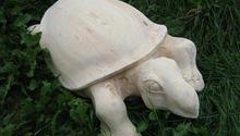 Dřevěná socha želvy a replika skříně z 50 let