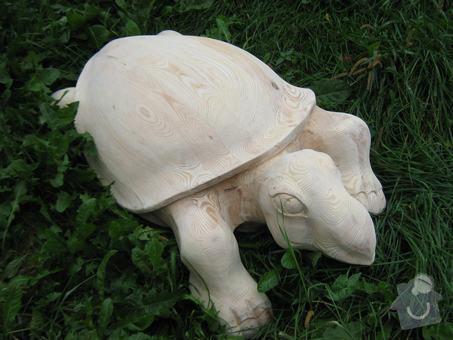 Dřevěná socha želvy a replika skříně z 50 let: tttttt