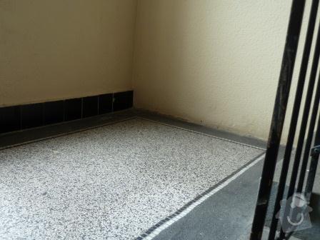 Drobné opravy na chodbě domu (obložení, zábradlí, malba): P1020857