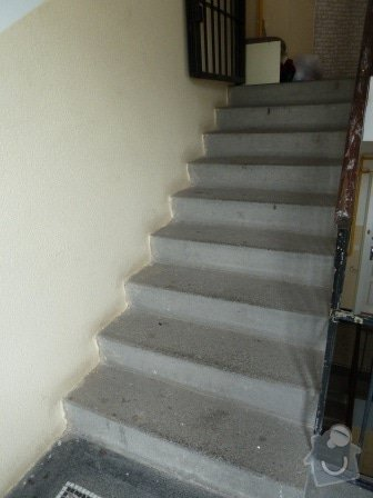 Drobné opravy na chodbě domu (obložení, zábradlí, malba): P1020859