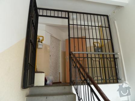 Drobné opravy na chodbě domu (obložení, zábradlí, malba): P1020861