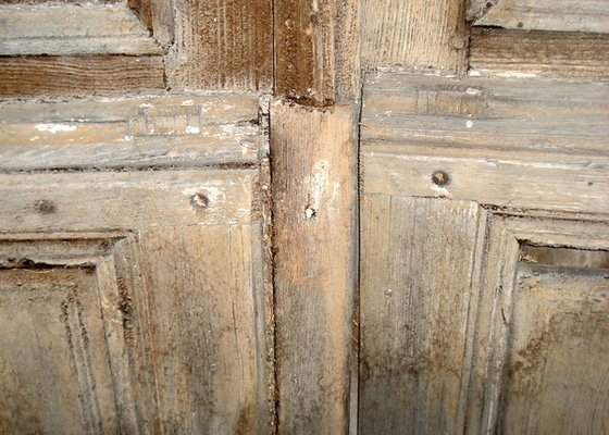 Repase vstupních dvěří do věže kostela