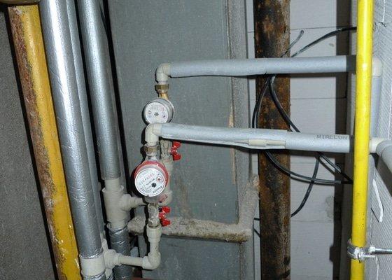 Překlad vody, odpadu, plynu a elektriky, odstranění obkladaček.
