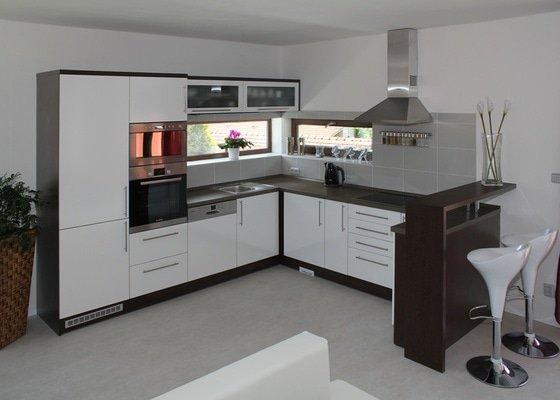 Kuchyn-Bila-lesk-wenge