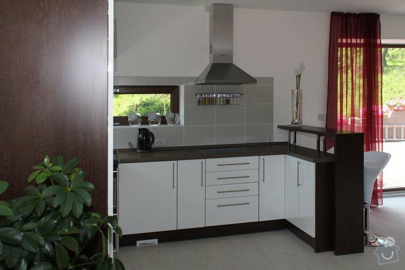 Kuchyňská linka: Kuchyn-Bila-lesk.wenge2