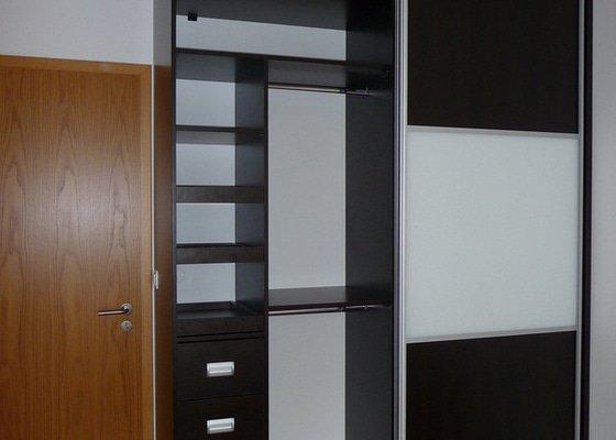 Vestavěné skříně a komoda