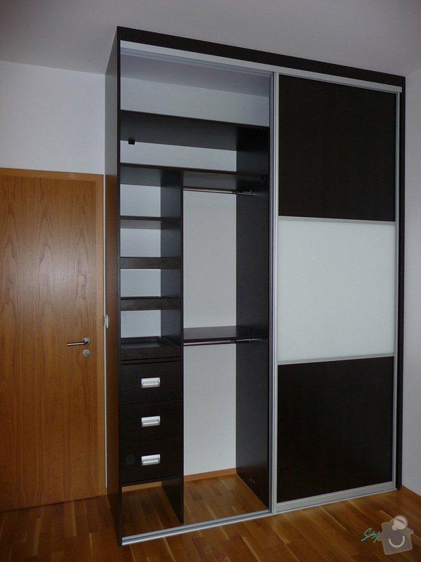 Vestavěné skříně a komoda: vestavena_skrin_loznice_1