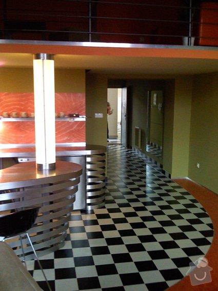 Atypický mezonetový apartmán - doplnění - bar z nerezu a hliníku: Bar_sloup_svetlo_chodba_0136
