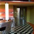 Atypicky mezonetovy apartman doplneni bar z nerezu a hliniku bar sloup svetlo chodba 0136