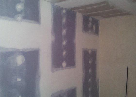 Montáž sádrokartonové Akustické předstěny, Sádrokartonový podhled s izolací, nově vyštukované zdi