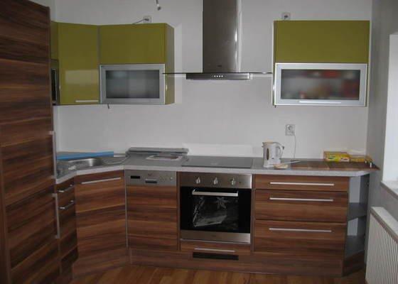 Obklad kuchyňské linky včetně instalace krycí lišty a finišprací