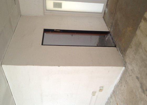 Stavební práce, bourání zdi, pokládka dlažby