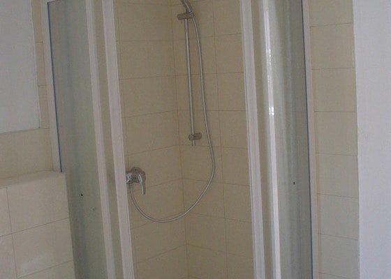 Obkládání a zkompletování koupelny a kuchyně.