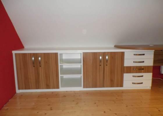 Dětský pokojíček - stůl a skříň
