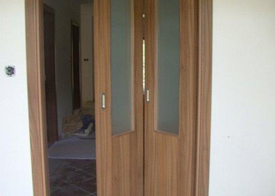 Dodávka vnitřních dveří CPL ořech a dřevěné zábradlí